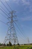 Ηλεκτρικοί πόλος και μπλε ουρανός στοκ φωτογραφία