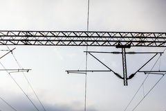 Ηλεκτρικοί σιδηρόδρομοι με το εναέριο ηλεκτροφόρο καλώδιο. Στοκ φωτογραφία με δικαίωμα ελεύθερης χρήσης