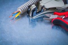 Ηλεκτρικοί συμπεριφοράς σωληνώσεων κόπτες καλωδίων χάλκινων καλωδίων αιχμηροί strippe Στοκ Εικόνα