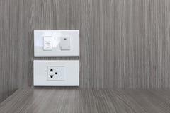 Ηλεκτρικοί υποδοχή βουλωμάτων και τηλεφωνικός λιμένας στον ξύλινο τοίχο Στοκ φωτογραφίες με δικαίωμα ελεύθερης χρήσης