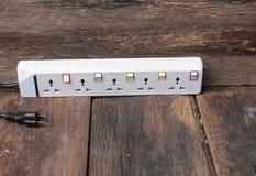 Ηλεκτρικός άσπρος φραγμός φραγμών ή επέκτασης δύναμης υποδοχών και ένα plu Στοκ εικόνες με δικαίωμα ελεύθερης χρήσης