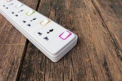 Ηλεκτρικός άσπρος φραγμός φραγμών ή επέκτασης δύναμης υποδοχών και ένα plu Στοκ εικόνα με δικαίωμα ελεύθερης χρήσης