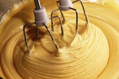 Ηλεκτρικός αναμίκτης χεριών με τη ζύμη για την πίτα στοκ εικόνα