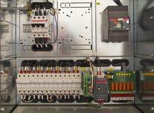 Ηλεκτρικός θαλαμίσκος με τα συστατικά και τα καλώδια στοκ εικόνες