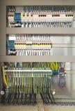 Ηλεκτρικός θαλαμίσκος με τα συστατικά και τα καλώδια στοκ φωτογραφία με δικαίωμα ελεύθερης χρήσης