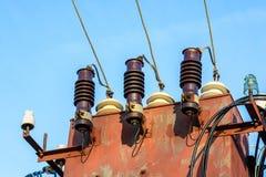 Ηλεκτρικός μετασχηματιστής στο υπόβαθρο μπλε ουρανού Στοκ Φωτογραφία