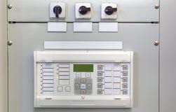 Ηλεκτρικός πίνακας ελέγχου με τις ηλεκτρονικές συσκευές στον ηλεκτρικό υποσταθμό Στοκ Φωτογραφίες