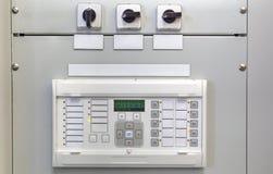 Ηλεκτρικός πίνακας ελέγχου με τις ηλεκτρονικές συσκευές στον ηλεκτρικό υποσταθμό Στοκ φωτογραφία με δικαίωμα ελεύθερης χρήσης