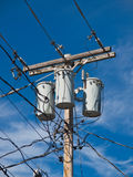 Ηλεκτρικός Πολωνός με τους μετασχηματιστές και τα καλώδια Στοκ Φωτογραφία