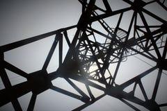 Ηλεκτρικός/πυλώνας επικοινωνίας από κάτω από Στοκ φωτογραφία με δικαίωμα ελεύθερης χρήσης