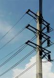 Ηλεκτρικός πόλος ενάντια στο μπλε ουρανό Στοκ Φωτογραφία