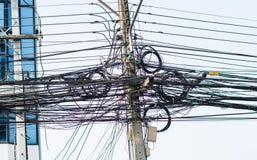 Ηλεκτρικός πόλος με τη σύγχυση καλωδίων στοκ φωτογραφία