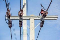 Ηλεκτρικός πόλος με το υπόβαθρο μπλε ουρανού Στοκ φωτογραφία με δικαίωμα ελεύθερης χρήσης