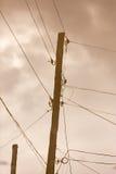 Ηλεκτρικός πόλος που απεικονίζεται σε μια λακκούβα στο δρόμο Στοκ εικόνες με δικαίωμα ελεύθερης χρήσης