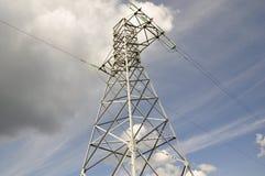 Ηλεκτρικός πόλος σιδήρου στον ουρανό. Στοκ Εικόνες
