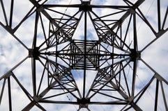 Ηλεκτρικός πόλος σιδήρου στον ουρανό. Στοκ φωτογραφία με δικαίωμα ελεύθερης χρήσης