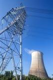 Ηλεκτρικός πύργος και ο δροσίζοντας πύργος Στοκ Εικόνες