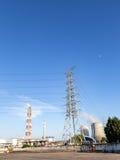 Ηλεκτρικός πύργος και ο δροσίζοντας πύργος Στοκ φωτογραφία με δικαίωμα ελεύθερης χρήσης