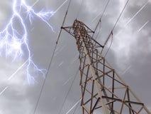 Ηλεκτρικός πύργος στη σκοτεινή μέρα σύννεφων Στοκ Φωτογραφίες