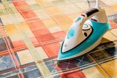 Ηλεκτρικός σίδηρος για το σιδέρωμα Σιδερώνοντας δωμάτιο Οικιακά στοιχεία Στοκ Εικόνες