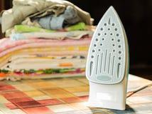 Ηλεκτρικός σίδηρος για το σιδέρωμα Σιδερώνοντας δωμάτιο Οικιακά στοιχεία Στοκ Φωτογραφία
