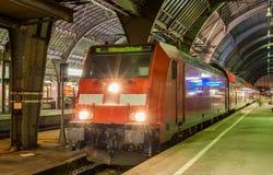 Ηλεκτρικός lovomotive με το περιφερειακό σαφές τραίνο στην Καρλσρούη στοκ εικόνες