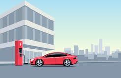 Ηλεκτρικό αυτοκίνητο που χρεώνει στο σταθμό χρέωσης μπροστά από Στοκ φωτογραφία με δικαίωμα ελεύθερης χρήσης