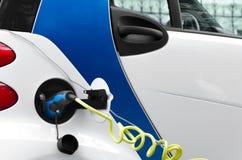 Ηλεκτρικό αυτοκίνητο που χρεώνει στο σταθμό Στοκ Φωτογραφίες