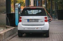 Ηλεκτρικό αυτοκίνητο σε έναν σταθμό χρέωσης Στοκ φωτογραφίες με δικαίωμα ελεύθερης χρήσης