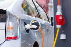 Ηλεκτρικό αυτοκίνητο στο σταθμό χρέωσης Στοκ εικόνα με δικαίωμα ελεύθερης χρήσης