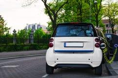 Ηλεκτρικό αυτοκινήτων στο σταθμό σε μια οδό στο Άμστερνταμ Στοκ εικόνες με δικαίωμα ελεύθερης χρήσης