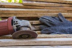 Ηλεκτρικό εργαλείο γυαλόχαρτου στον ξύλινο πίνακα Στοκ Εικόνες