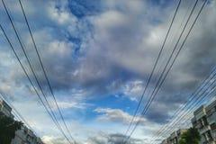ηλεκτρικό καλώδιο στο σύννεφο μπλε ουρανού στοκ φωτογραφίες