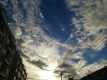 ηλεκτρικό καλώδιο στο σύννεφο μπλε ουρανού στοκ εικόνες