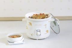 Ηλεκτρικό δοχείο για casserole τα τρόφιμα στην κουζίνα Στοκ Εικόνα