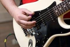 ηλεκτρικό παιχνίδι κιθάρω&n Στοκ φωτογραφίες με δικαίωμα ελεύθερης χρήσης