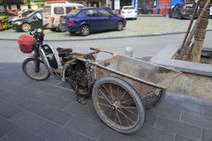 Ηλεκτρικό ποδήλατο του κινεζικού διακινούμενου εργαζομένου Στοκ εικόνες με δικαίωμα ελεύθερης χρήσης