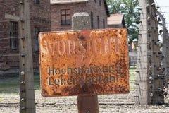Ηλεκτρικό προειδοποιητικό σημάδι φρακτών Auschwitz Στοκ εικόνα με δικαίωμα ελεύθερης χρήσης