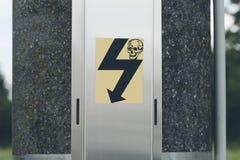 Ηλεκτρικό σημάδι κινδύνου πόλων Στοκ φωτογραφία με δικαίωμα ελεύθερης χρήσης