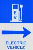 Ηλεκτρικό σημάδι σταθμών χρέωσης οχημάτων της EV Στοκ φωτογραφία με δικαίωμα ελεύθερης χρήσης