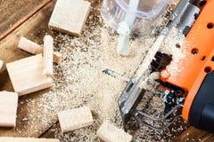 Ηλεκτρικό τορνευτικό πριόνι με σύνολο πολλών το ξύλινο τούβλων του πριονιδιού Στοκ Εικόνα
