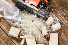 Ηλεκτρικό τορνευτικό πριόνι με σύνολο πολλών το ξύλινο τούβλων του πριονιδιού Στοκ φωτογραφία με δικαίωμα ελεύθερης χρήσης