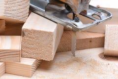 Ηλεκτρικό τορνευτικό πριόνι με τα ξύλινα τούβλα Στοκ Φωτογραφίες