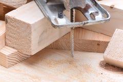 Ηλεκτρικό τορνευτικό πριόνι με τα ξύλινα τούβλα Στοκ Εικόνα