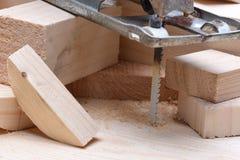 Ηλεκτρικό τορνευτικό πριόνι με τα ξύλινα τούβλα Στοκ φωτογραφία με δικαίωμα ελεύθερης χρήσης