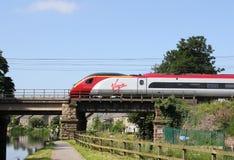 Ηλεκτρικό τραίνο Pendolino που διασχίζει το κανάλι του Λάνκαστερ Στοκ Εικόνα