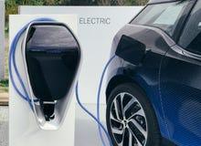 Ηλεκτρικό όχημα που συνδέεται Στοκ εικόνα με δικαίωμα ελεύθερης χρήσης