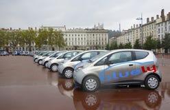 Ηλεκτρικό Bluely πλήρες και αυτοκίνητο ανοικτός-πρόσβασης που μοιράζεται την υπηρεσία στη Λυών Στοκ Εικόνες