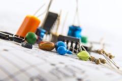 Ηλεκτρονικά συστατικά για το κύκλωμα ελέγχου σύμφωνα με το schem Στοκ φωτογραφία με δικαίωμα ελεύθερης χρήσης