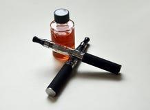 Ηλεκτρονικά τσιγάρα και ε-υγρό Στοκ φωτογραφία με δικαίωμα ελεύθερης χρήσης